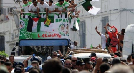 رئيس الدولة يقرر منح أوسمة الاستحقاق الوطني لعناصر المنتخب الجزائري